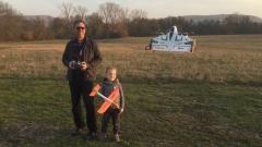 Opa und Enkel beim Fliegen
